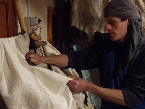 Szűcsmunka, szűcs, bőrkikészítés, tímár, szarvasbőr, szarvas irha